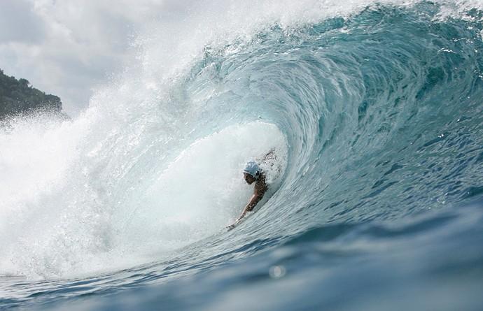 Henrique Pistili em tubo na famosa praia de Pipeline, no Havaí  (Foto: Arquivo pessoal)