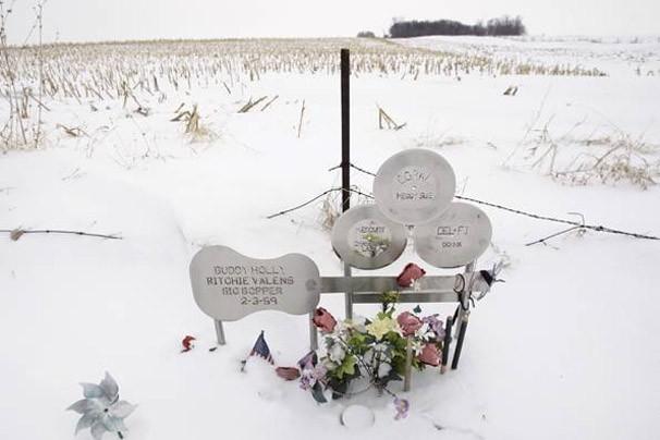Memorial construído no local do acidente que vitimou três músicos em 1959 (Foto: AP)