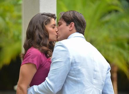 Diana e Braz se beijam em encontro romântico