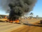 Após morte, moradores fecham trecho de estrada e pedem sinalização
