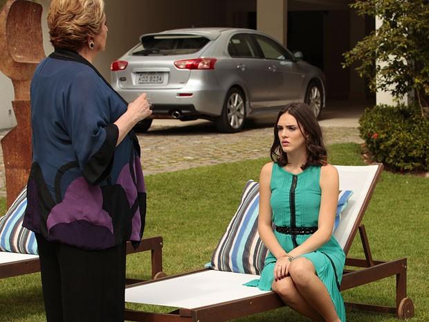 Máslova resolve levar um papo com Cida (Foto: Cheias de Charme / TV Globo)