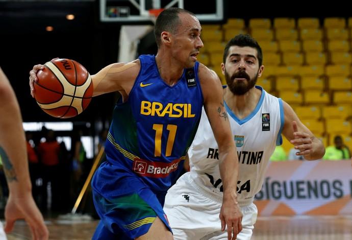 Fúlvio em ação durante a vitória do Brasil sobre a Argentina no Sul-Americano de basquete (Foto: Reuters)