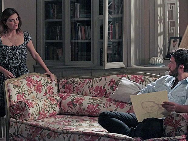 Elisa disfarça depois de soltar que acha sonhos com espíritos bobagem (Foto: Amor Eterno Amor/TV Globo)