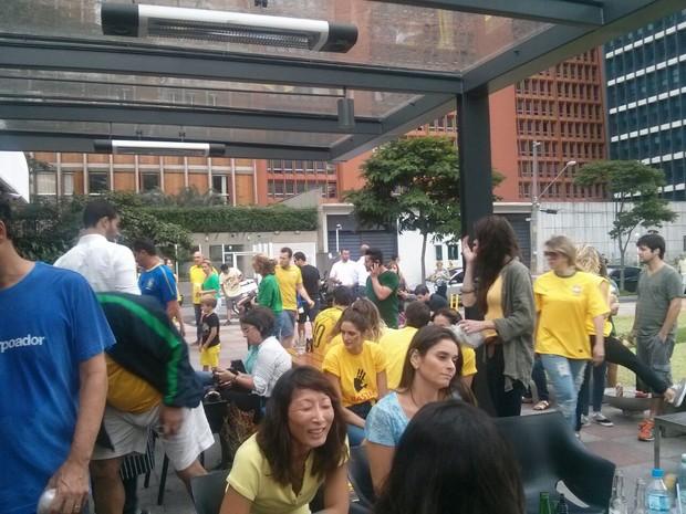 Manifestantes se aglomeram sob a marquise na porta do restaurante Spot, em São Paulo (Foto: Ariane Freitas)