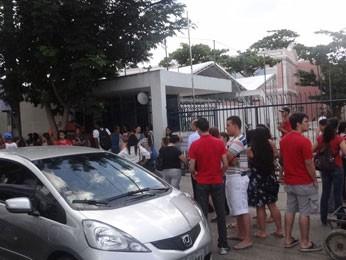 Estudantes aguardam início das provas do vestibular da UPE (Foto: Katherine Coutinho / G1)