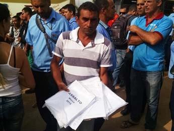 Diretor do Sindicato dos Rodoviários do DF mostra registros de assaltos a ônibus (Foto: Luciana Amaral/G1)