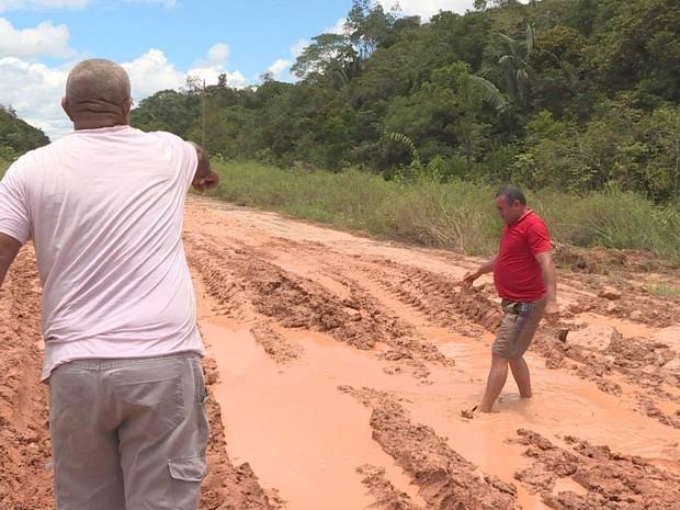 PREP_  O motorista Seu Sabá aponta o atoleiro (Foto: TV Globo)
