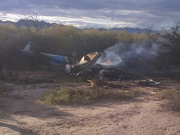 Imagem mostra um dos helicópteros que bateram perto de Villa Castelli, em La Rioja, nesta segunda (9) (Foto: AP Photo/Jose Alamo)