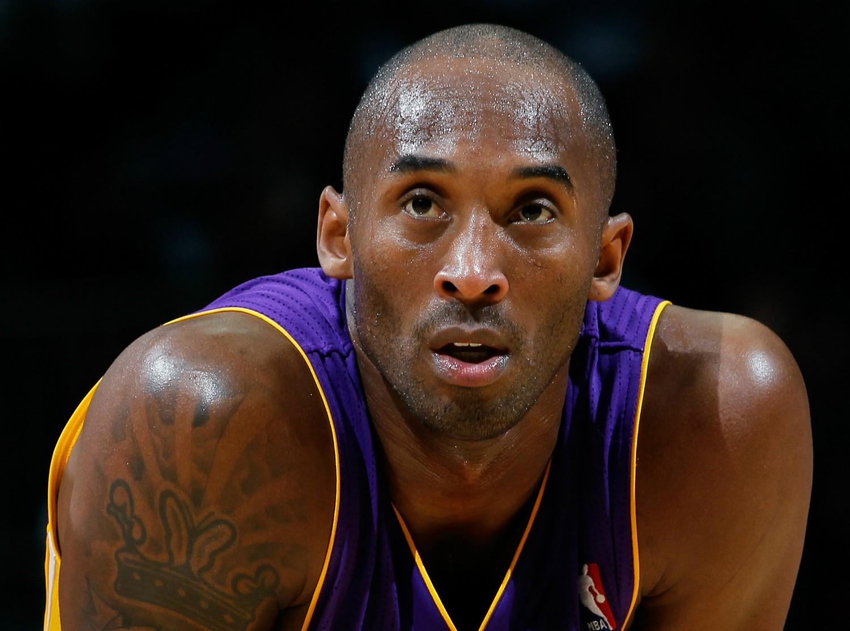 O jogador de basquete Kobe Bryant foi acusado, em 2003, de estuprar a funcionária de um hotel no estado norte-americano do Colorado. Ele alegou que o sexo havia sido consensual e acabou absolvido, porém, teve de se explicar à esposa. Ele fez isso em público, diante das câmeras, e oferecendo a ela um anel que valia 4 milhões de dólares. (Foto: Getty Images)