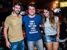 De shortinho, Vivi Araújo curte noite com o noivo no Rio