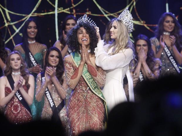 Raissa Santana, do Paraná, recebe a coroa de Miss Brasil 2016 de Marthina Brandt em São Paulo (Foto: Celso Tavares/ EGO)