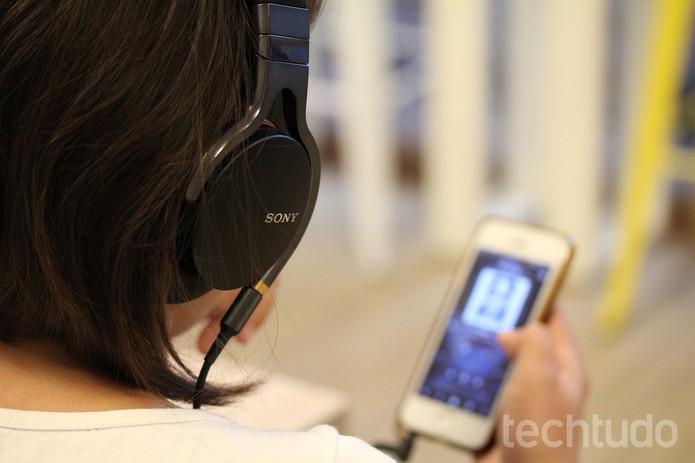Sony produziu o MDR-1A para usuários escutarem músicas no celular e outros dispositivos móveis (Foto: Luana Marfim/Techtudo)