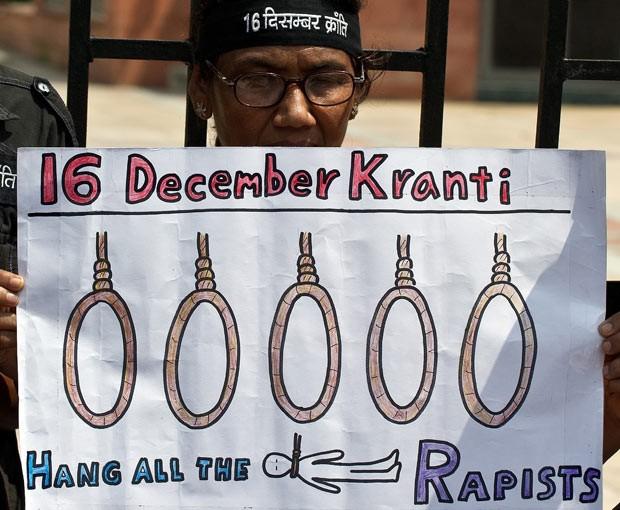 Manifestante pede pena de morte para estupradores em protesto nesta quarta-feira (11) em Nova Déli, na Índia (Foto: AFP)