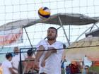 Rodrigo Hilbert joga vôlei em praia do Rio