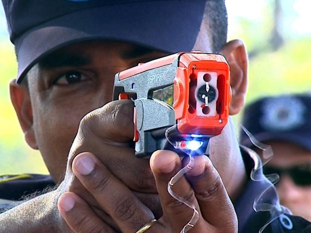 Guarda Municipal faz treinamento com arma de choque (Foto: Felipe Lazzarotto/EPTV)