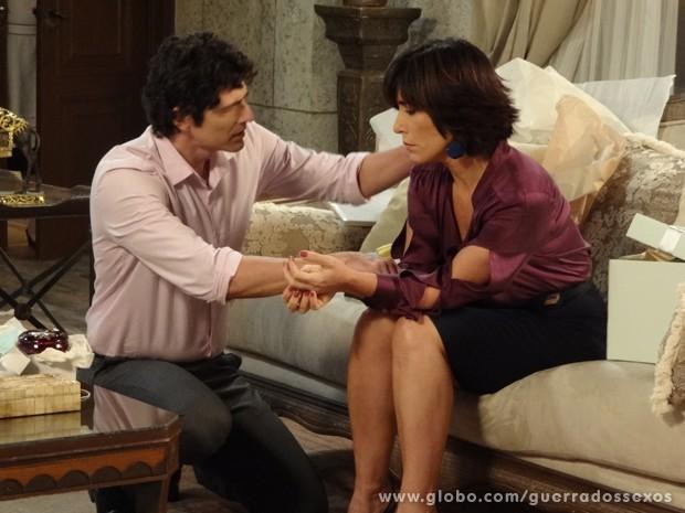 Nando é só carinho com Roberta (Foto: Guerra dos Sexos/TV Globo)