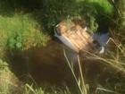 Mulher não puxa freio de mão e carro despenca em rio em Mato Grosso