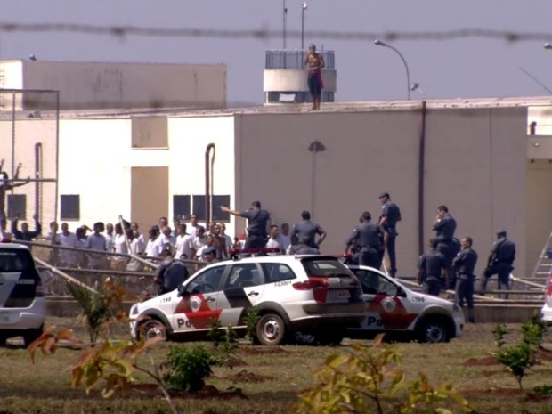PM tenta controlar a situação no CPP de Jardinópolis, SP (Foto: Reprodução/EPTV)
