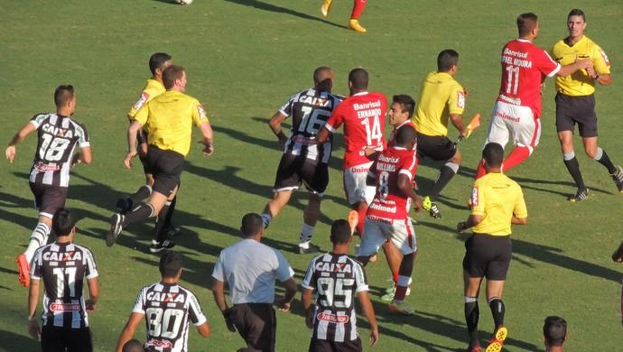 Confusão - Figueirense x Inter (Foto: Renan Koerich)