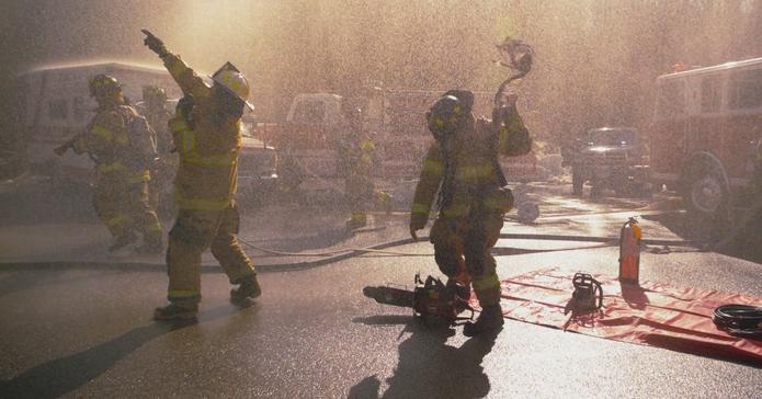 Bombeiros preparam equipamentos para entrar no incêndio (Foto: Reprodução/Vimeo)