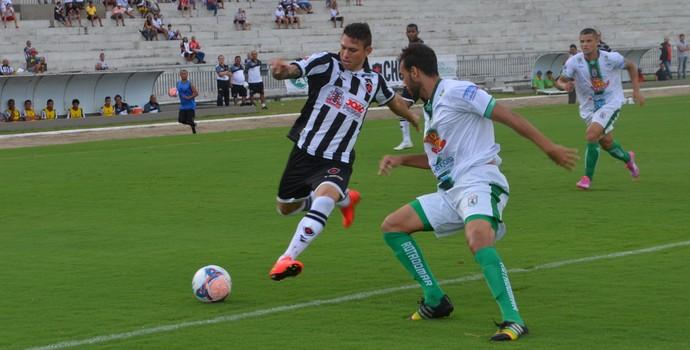 Rafael Oliveira fez o primeiro gol da partida pelo Botafogo (Foto: Hévilla Wanderley / GloboEsporte.com/pb)