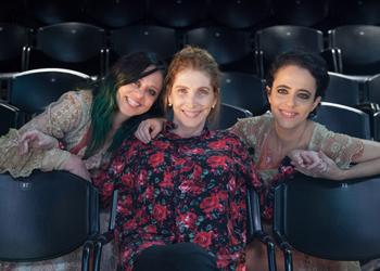 Guta e Silvia com a escritora Adriana Falcão (Foto: Nil Caniné)