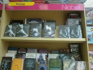 Livros foram expostos já lacrados nesta quinta-feira (17) (Foto: Carolina Burgos/G1)