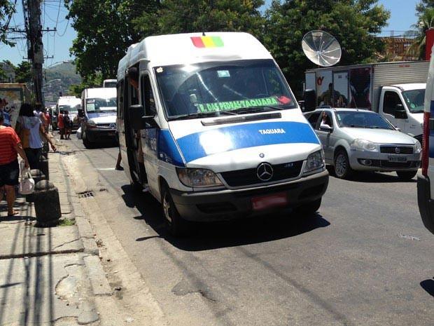 Milícia cobra para motoristas de vans circularem na Taquara (Foto: Janaína Carvalho / G1)