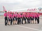 Azul troca cor de aviões e uniformes de funcionários para Outubro Rosa