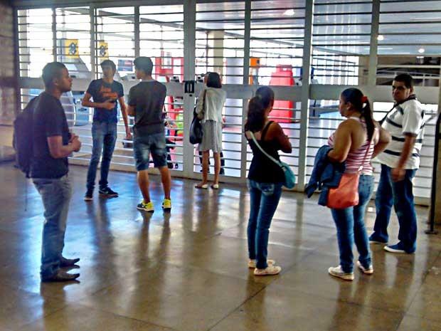 Passageiros não conseguem embarcar na estação Central após pane no Metrô-DF  (Foto: Lucas Nanini/G1)