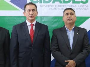 Presidente Moisés Souza (à direta) e governador Waldez Góes (Foto: Marcelo Loureiro/Agência Amapá)
