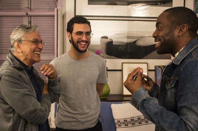 Lázaro Ramos entrevista Caetano Veloso e o filho dele, Zeca, para o 'Espelho' (Foto: Divulgação)
