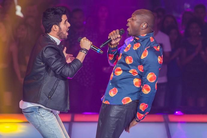 Alexey e Lumi cantam 'Bailando' no palco do The Voice Brasil (Foto: Artur Meninea/Gshow)