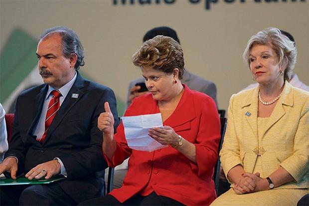 EGOS INFLAMADOS Dilma, entre Mercadante e  Marta, num evento  do governo, em outubro. Marta não aceitou entregar  a carta de demissão  a Mercadante (Foto: Carlos Roberto/Hoje em Dia/Futura Press)