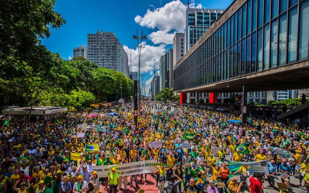 Manifestantes protestam na Avenida Paulista, em São Paulo, na tarde deste domingo (4), em apoio à operação Lava Jato e contra as mudanças no projeto de lei que trata das 10 medidas de combate à corrupção (Foto: Cris Faga/Fox Press Photo/Estadão Conteúdo)