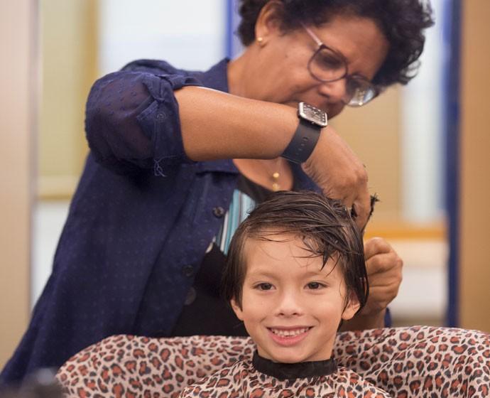 Olha que fofura, gente! Gabriel Palhares aproveitou para cortar o cabelo antes de entrar em cena (Foto: Felipe Monteiro/Gshow)