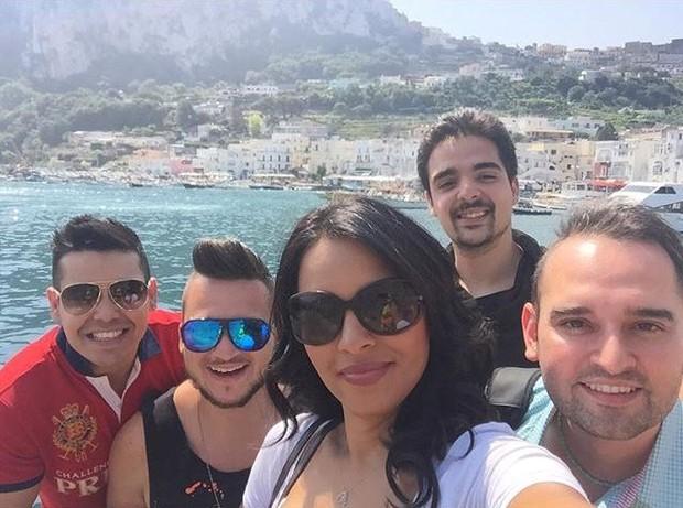 Ariadna com outros fãs do México, Itália, Grécia e Belgica (Foto: Reprodução/Instagram)