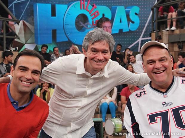 Irmãos Schmidt posam para fotos com o apresentador Serginho Groisman (Foto: TV Globo/Altas Horas)