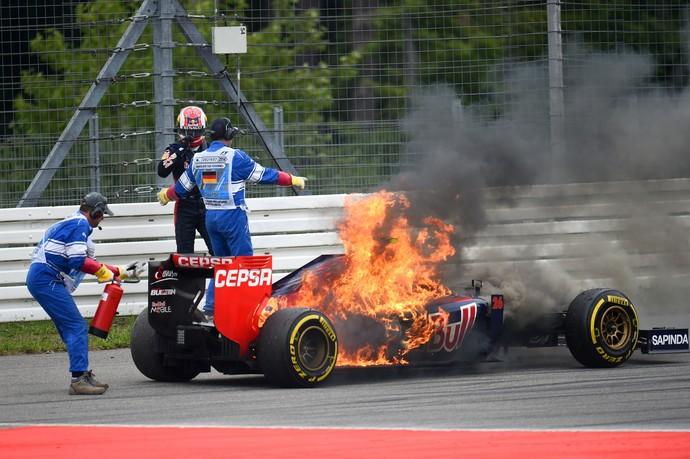 Daniil Kvyat foge de STR em chamas no GP da Alemanha - fogo incêndio (Foto: Getty Images)