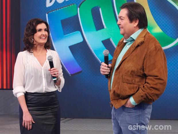 Fátima Bernardes se diverte no palco com Faustão (Foto: Raphael Dias/ TV Globo)