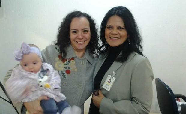 Yaskara Randisek e a filha Aysha com Monica Zacharias, responsável pela Comunicação do Hospital Maternidade Leonor Mendes de Barros (Foto: Divulgação)