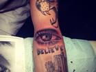 Justin Bieber mostra nova tatuagem para fãs
