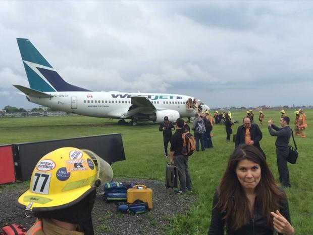 Avião da WebJet saiu da pista no aeroporto Pierre Elliott Trudeau, em Montreal (Foto: Reprodução/Twitter/Greg Brown)