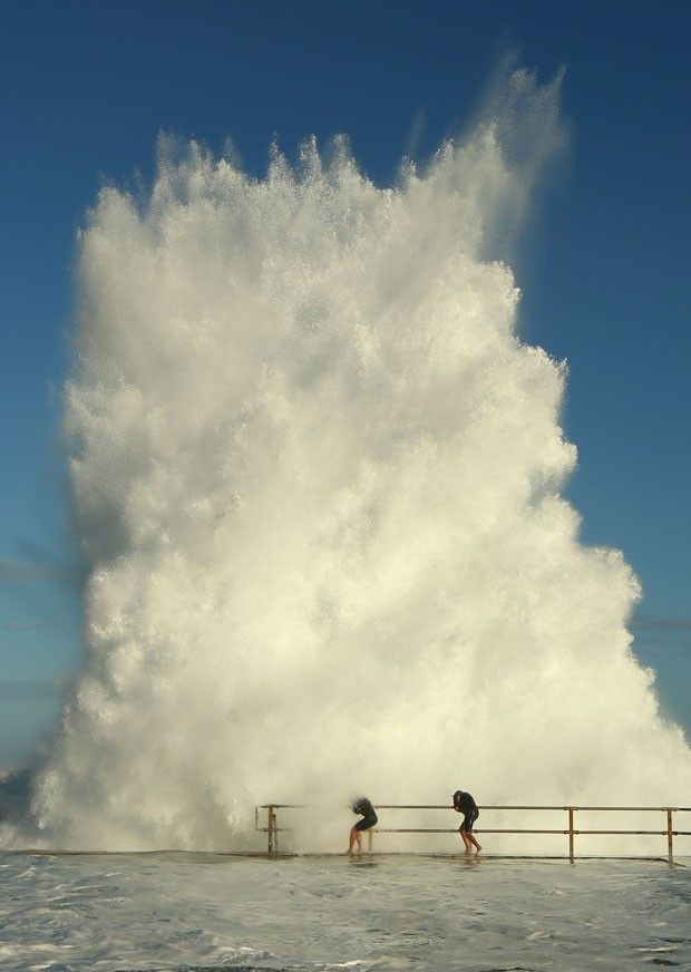 Onda gigante surpreende à beira da piscina oceânica de North Curl Curl, em Sidney (Foto: Cameron Spencer/Getty Images)