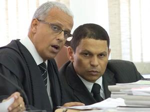 Mizael Bispo (dir.) conversa com um de seus advogados, Ivon Ribeiro, durante o primeiro dia de seu julgamento no Fórum de Guarulhos (Foto: Diogo Moreira/Frame/Estadão Conteúdo)