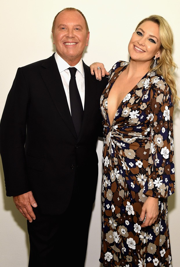 Kate Hudson e o estilista Michael Kors (Foto: Dimitrios Kambouris/Getty Images)