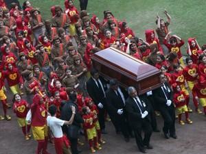 Seguido por dezenas de crianças vestidas de Chaves e Chapolin, o caixão de Roberto Gómez Bolaños é carregado durante cerimônia de homenagem ao humorista mexicano no Estádio Azteca na Cidade do México, no domingo (30) (Foto: Marco Ugarte/AP)