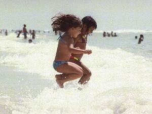 Pela manhã a praia é das crianças (Foto: Cristino Martins/O Liberal)