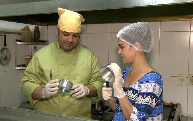 Vanessa Mafra aprende a fazer cuscuz (Foto: Amazônia Revista)