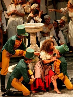 Cristina Gallardo-Domâs interpreta Carmen em ópera (Foto:  Milena di Castro/SEC-AM)